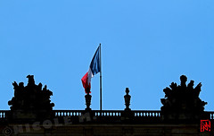 Le drapeau tricolore flotte  chez le roi-soleil.... (mamnic47 - Over 7 millions views.Thks!) Tags: versailles chateaudeversailles lesgens yvelines img2983 drapeau