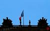 Le drapeau tricolore flotte  chez le roi-soleil.... (mamnic47 - Over 6 millions views.Thks!) Tags: versailles chateaudeversailles lesgens yvelines img2983 drapeau