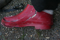 Red Chuva final stage (welliesfan1) Tags: rubberlaarzen wellworn ripped rubberboots regenstiefel regenlaarzen laarzen stiefel wornout wellingtons wellies