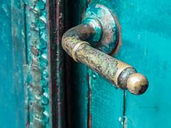 Ese color!!! [Explored] (Letua) Tags: picaporte puerta metal usado antiguo doorhandle door azulverdoso detalle bronce