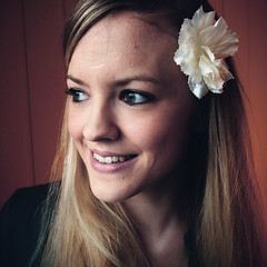 . (Frk Martine) Tags: girlphotographer girlphotographers girl jente portrait portrett flowerinhair norwegiangirl norwegian colorportrait