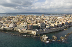Presqu'île d'Ortygie, Syracuse (Voyages Lambert) Tags: aerialview baroquestyle buildingexterior closed dawn europe filmingpointofview flying gray highangleview homeinterior horizonoverwater island italy landscaped origins ortygia overcast panoramic scenics sea sicily siracusaprovince skyline socialhistory unescoworldheritagesite urbanscene seawall