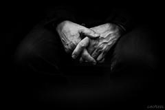 Mains (LACPIXEL) Tags: main hand mano photographie photograph picture fotografa noiretblanc blackandwhite blancoynegro mtro metro tube subway underground fuji fujifilm fujinon