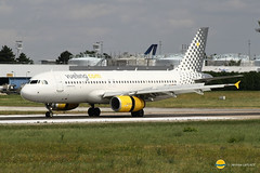 Vueling Airlines  EC-LRY  A320-232 (airbus02) Tags: vueling airbus a320 airlines paris orly