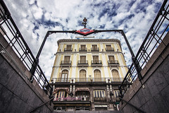 (FERN/\NDO /\LBORNOZ) Tags: puertadelsol madrid gran angular metro subway cloudy clouds sky colors urban street mayorquina canon wide angle