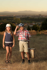 Jovenes Viajeros (luisreyero) Tags: 2016 atardecer ikergonzlez infancia puestadesol sanromndelavega yaizagonzalez childhood children countryside dirtroad exteriores littlegirl nio outside portrait retratocampo summer sunset