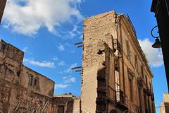 Cagliari - Rovine in Castello (Franco Serreli) Tags: sardegna sardinia cagliari stradedicagliari palazzo rovina castello quartierecastello centristorici centrostorico