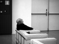 Sesteando (no sabemos cmo llamarnos) Tags: streetphotography sansebastin street stranger siesta blancoynegro blackandwhite noiretblanc photoderue fotourbana tabakalera monochrome
