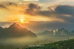 Y0016+27.1116.Tân Lập.Mộc Châu.Sơn La (hoanglongphoto) Tags: asia asian vietnam northvietnam northwestvietnam hdr landscape scenery vietnamlandscape vietnamscenery vietnamscene mocchaulandscape outdoor morning sunrise sun sky cloud clouds hill hillside mist mountainouslandscape sunriseinmountainous tâybắc sơnla mộcchâu tânlập phongcảnh thiênnhiên nature ngoàitrời buổisáng bìnhminh bầutrời mây mặttrời ngọnđồi sườnđồi sươngmù bìnhminhtâybắc bìnhminhvùngnúi canon canoneos1dx canonef70200mmf28lisiiusmlens