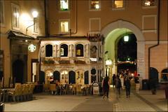 Plaza (Salzburgo, 21-7-2016) (Juanje Oro) Tags: 099 2016 austria salzburgo patrimoniodelahumanidad whl0784 nocturna plaza bandera