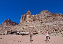 Wadi Rum  /   # 12 (schreibtnix) Tags: reisen travelling naherosten neareast  jordanien jordan  landschaft landscape wste desert wadirum felsen rocks himmel sky blau blue menschen people kamel camel olympuse5 schreibtnix