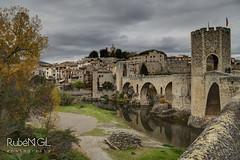 Besal (Rubn Gil) Tags: besalu catalunya canon canon6d catalonia catalua pueblo puente town arquitectura europe europa espaa edificios edificio