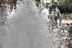 ABUNdancia. (Warmoezenier) Tags: brunnen fontein aqua water abundancia overvloed standbeeld statue estatua fuente valencia spain espagne spanje druppels