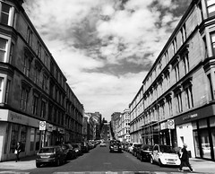 Gardner Street, Glaschu / Glasgow (Rhisiart Hincks) Tags: duagwyn gwennhadu dubhagusgeal dubhagusbn zuribeltz czarnobiae blancinegre blancetnoir blancoynegro blackandwhite  zwartenwit mustajavalkoinen crnoibelo ernabl schwarzundweis  bw feketefehr melnsunbalts juodairbalta negruialb siyahvebeyaz rnoinbelo   yralban alba scotland albain kotija koterana eskozia broskos scoia cosse esccia schottland skotlanti escocia glasgow glaschu treflun townscape gweledvakr paysageurbain paisajeurbano stadtbild   kaupunkikuvaan pilstasainava miestovaizdis obrazmsta stadsbeeld   peisajuluiurban