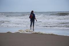 EOS 6D_3444 (Raymond Loyal) Tags: see sea strand küste coastline wellen sturm wetter domburg niederlande holland zeeland menschen frau ferne aussicht outoor