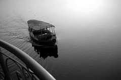 Barcaza egipcia (alfonsocarlospalencia) Tags: viaje agua amanecer reflejo egipto luxor belleza barandilla tranquilidad nilo estela misterios oracin dioses bidones antigedad ptina barcaza atraque inframundo