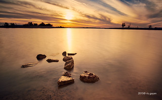 Atardecer dorado en el lago (Golden sunshine in the lake)