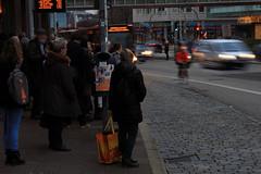 An der Haltestelle 2 (Rdiger Stehn) Tags: germany deutschland europa leute menschen stadt autos bauwerk gebude kiel schleswigholstein 2000s norddeutschland mitteleuropa 2015 strase ziegelteich 2000er canoneos550d kielvorstadt