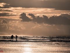Danser avec les vagues- (MRI2009) Tags: merdunord mer ctebelge coucherdesoleil plage nieuwpoort