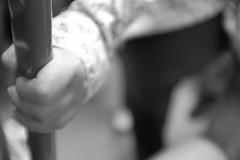 ¡Agárrate fuerte! (En el Metro) (Desde mi Fujifilm) (SerChaPer) Tags: fujifilmx100t monocromo monochrome blanconegro blackwhite metro underground mano hand barra pole