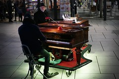 P1070573c - The Pianist (JB Fotofan) Tags: streetphotography frankfurt zeil musiker bunt colorful musician lumixfz1000 nightshot abend evening city stadt