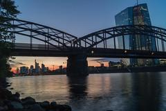 Skyline+EZB+Zug (Der*Holzwurm) Tags: sonnenuntergang frankfurt main zug db steine brcke mainhattan ezb oosten zentralbank europische