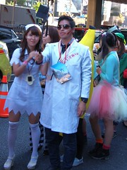 #4671 doctor and nurse offering free medical treatment (Nemo's great uncle) Tags: people halloween parade roppongi 東京 minatoku パレード 港区 tōkyō 六本木六丁目 仮装行列