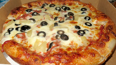 Deadpool's favorite pizza (Coyoty) Tags: pittagourmet pizza pizzeria restaurant food hartford connecticut ct deadpool movie sweet salty pineapple olive blackolives mozzarella mozz cheese brown black white red wadewilson marvel comics marvelcomics film crust ring circle round yellow