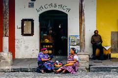 La Casaca de la tarde (Jose L. Ruiz) Tags: antiguaguatemala antigua guatemala casaca plática talking afternoon tarde mujeres women guatemaltecas guatemalan