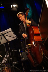 Alexander Meik: double bass (jazzfoto.at) Tags: salzburg austria sony jazz noflash jazzclub autriche withoutflash salisburgo stagephoto salzburgo livejazz concertphotos liveinconcert jazzlive salzbourg concertphoto jazzkeller konzertfotos ohneblitz sonyalpha jazzphotos konzertfoto jazzphoto jazzfoto jazzfotos blitzlos wwwjazzfotoat jazzitsalzburg markuslackinger jazzitmusikclubsalzburg jazzclubsalzburg jazzitmusikclub jazzkellersalzburg jazzinsalzburg wwwjazzitat jazzsalzburg sonyalpha77ii alpha77ii jazzit2015