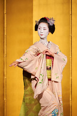 Maiko et Geiko (4) (romain_castellani) Tags: d750 japon japan kyto kyoto portrait spectacle geisha maiko geiko people art face visage tradition danse dance musique music femme woman or gold maquillage makeup kimono personnes intrieur tamron70300mmf456 c1 nikon