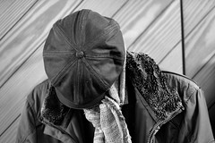 Kopflos (Gerd Trynka-Ottosohn) Tags: ottosohnfoto germany gerdtrynkaottosohn klamotten kleidung kappe jacke schal garderobe diele sw coatrack clothing bw wear apparel jacket cap scarf shawl fujixt10 xf56mmf12