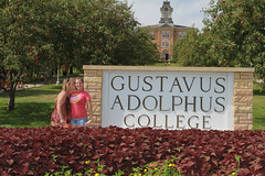 IMG_0098.jpg (Gustavus Adolphus College) Tags: old family sign student day main move oldmain movein firstyear moveinday 201204 20150904