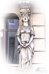 Apoyo (César Álvarez Malvar) Tags: madrid casa arquitectura arte esculturas urbana estatua imagen finca vivienda fachadas figura cariatides edificación inmueble