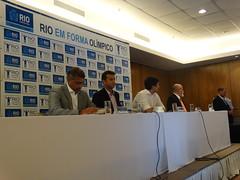 Senador Romário, Marcio Barbosa (Gerente de Projetos), Pedro Paulo (Sec. Executivo de Coordenação do Governo), Professor Rogério Melo (Vice-presidente do CREF1) e, em pé, Marcelo Barbosa (Subsecretário de Projetos e Vilas Olímpicas)