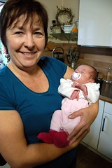 Oma & Enkelkind (Günter Hentschel) Tags: grandma baby germany deutschland indoor oma personen grossmutter säugling