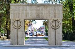 Gate of Kiss (Martinian Dobre) Tags: sculpture art europe romania brancusi tgjiu