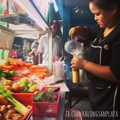 น้ำผลไม้คั้นสดโดยเครื่องแยกกาก ขึ้นห้างขวดละ 90-100 บาท แต่ที่นี่ขายราคา 40-50 บาท ลูกค้าสามารถเลือกผลไม้คั้นผสมได้สองอย่าง ร้านทางเลือกเพื่อสุขภาพที่ดีครับ ขอเชียร์ #khlongsanplaza #klongsanplaza #klongsan #คลองสานพลาซ่า #คลองสาน #น้ำผลไม้ #น้ำผลไม้แยกกา