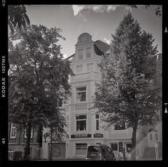 Houses of Kiel - Kieler Huser (Azouras Defeat) Tags: 6x6 tlr kiel tmax100 huser flexaret meopta schwarzweis tmaxentwickler linoscan1450 housesofkiel newcolor5000