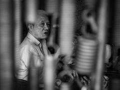Hanoi, Vietnam. 2015. (Boris Thaser) Tags: street city people blackandwhite bw man essen flickr sitting dof adult eating candid streetphotography scene menschen depthoffield vietnam explore stadt frame creativecommons sw mann hanoi unposed rahmen 43 tog schrfentiefe szene sitzend ungestellt tiefenschrfe schwarzweis strase querformat landscapeformat erwachsener strasenfotografie streettog fujifilmxt1 fujixt1