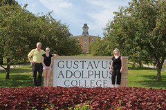 IMG_0261.jpg (Gustavus Adolphus College) Tags: old family sign student day main move oldmain movein firstyear moveinday 201204 20150904