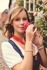 San_LG (N.Naumburger) Tags: portrait rose canon eos outdoor sommer oktoberfest sonne dirndl 6d lüneburg nnp nielsnaumburgerphotography