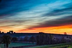 Les fenêtres nous apaisent (Fabrice Le Coq) Tags: orange jaune bleu ciel nuage paysage extérieur champ coucherdesoleil fabricelecoq