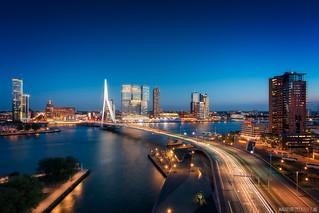 Rotterdam van bovenaf. De zwaan @ blue hour