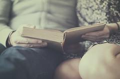 La isla del tesoro (Graella) Tags: portrait retrato retrat people couple hands manos mans lectura libro book llibre llegir read reading