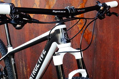 KONSTRUCTIVE Cycles Berlin presents the new SMARAGD women's mountain bike hardtail. Custom build kits and color options available. Here pictured in White Pearl Pure Carbon two tone color scheme with 2016 Shimano XT ELITE KIT, Syntace components and Americ