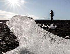 Le photographe... (J&S.) Tags: nature montagne soleil eau noir sable lac iceberg plage homme glace islande lave jökulsárlón rive photographe vatnajökull cop21