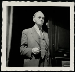 """Archiv Chris064 """"Vater auf die Post wartend in der Haustüre"""", 1950er (Hans-Michael Tappen) Tags: archivhansmichaeltappen vater brillenträger opa kleidung zigarette 1950s 1950er fotorahmen outfit zigarettenspitzekurz"""