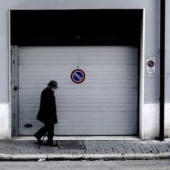 sosta vietata (archifra -francesco de vincenzi-) Tags: archifraisernia francescodevincenzi isernia molise italy street sagoma square urbandetail uomo garage minimalart minimalism minimalisme minimalismo