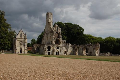 Les restes de l'abbatiale et la chapelle